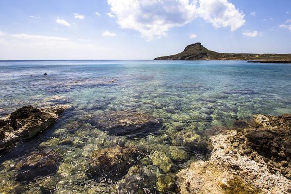 Ein ausgezeichnetes Schnorchelrevier bieten die Felsen im Osten der Bucht.
