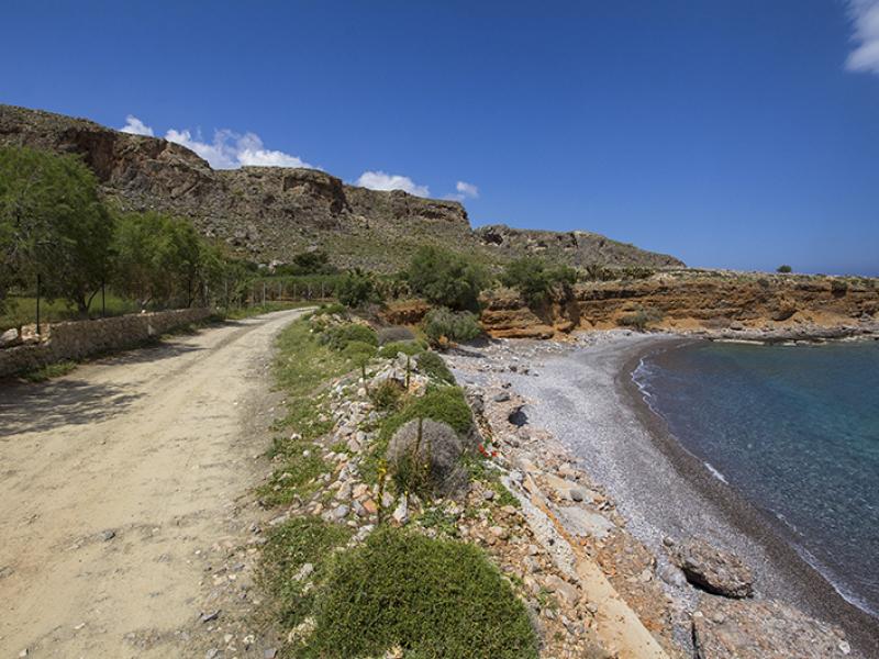 Der Fahrweg zum Strand Ligias Lakkos ist nicht mehr befestigt. Eine Treppe führt hinunter zum Meer.