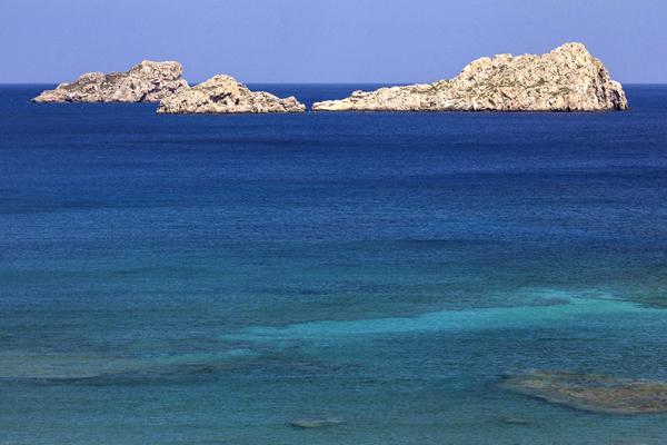 Türkisblaues Wasser, kleine Riffe und die kleinen Kavali-Inseln. Eine perfekte Aussicht zum Entspannen.