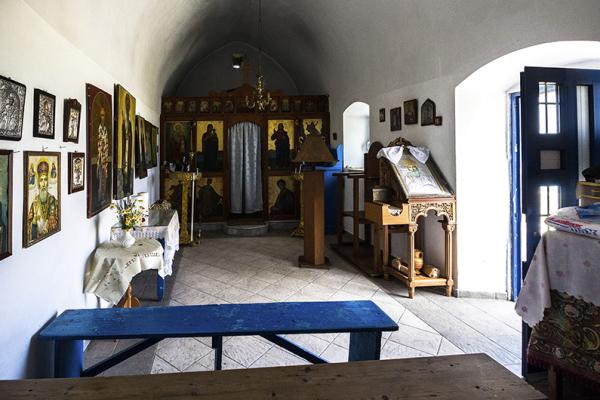 Im Inneren der Agios Nikolaos-Kirche ist alles traditionell orthodox und mit vielen Ikonen geschmückt.