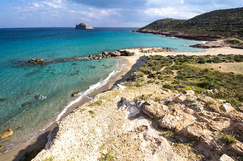 Gerontolakkos hat einen schmalen Strand, der von weißen Tonfelsen umgeben ist. Hier kann man sich mit Tonerde einmassieren.