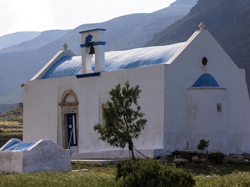 Unterhalb der Agios Nikolaos-Kirche bei Kap Trachilos, liegen die kleinen Sandstrände von Gerontolakkos.