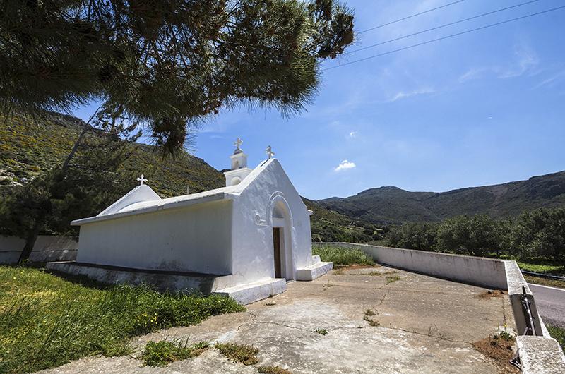 Kurz vor dem  Dorf Azokeramos steht die byzantinische Kirche Agios Ioannis, mit Friedhof.