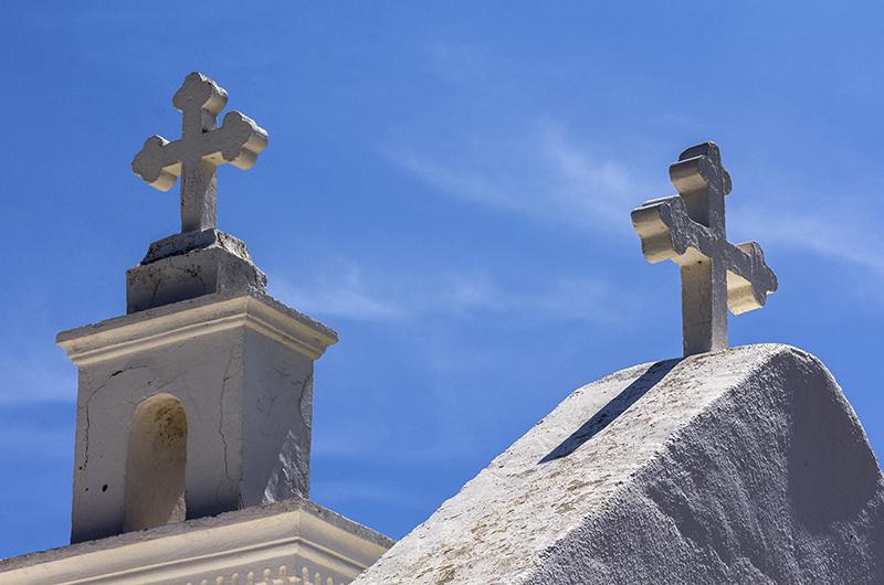 Blauer Himmel - weiße Kreuze.
