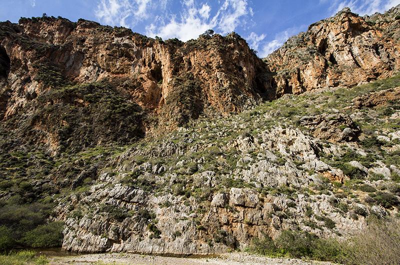 Nach einer halben Stunde werden die Wände steil. Am Talgrund fließt der gut gefüllte Fluß in seinem Kiesbett.