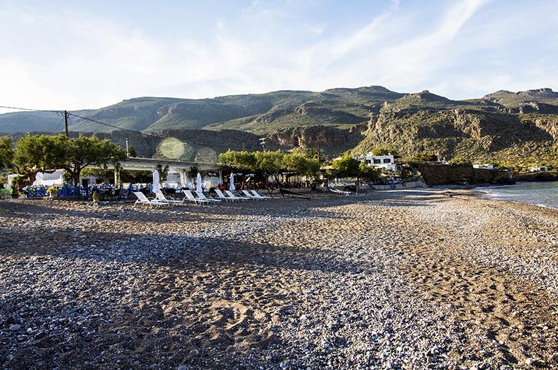 Ein wunderbarer breiter Kieselstrand, umrahmt von dramatischer Felsenlandschaft. Dazu gemütlich Strandtavernen mit ausgezeichneter kretischer Küche.