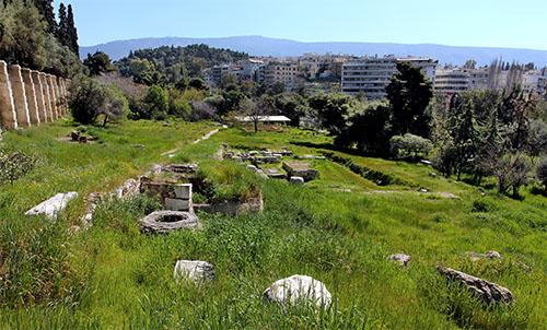 Die Ausgrabungen am Fluss Ilissos liegen einsam und doch mitten in der Stadt. Das Mauerrechteck des Tempel für Apollo Delphinios sind noch erkennbar.