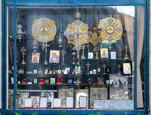 Um den Mitropoleosplatz Athens liegen Geschäfte und Werkstätten für die klerikale Grundausstattung.