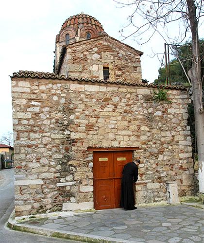 Einmalige Lage direkt unter dem Akropolisfelsen: Die Kirche Metamorphosis tou Sotiros in Athens Plaka.