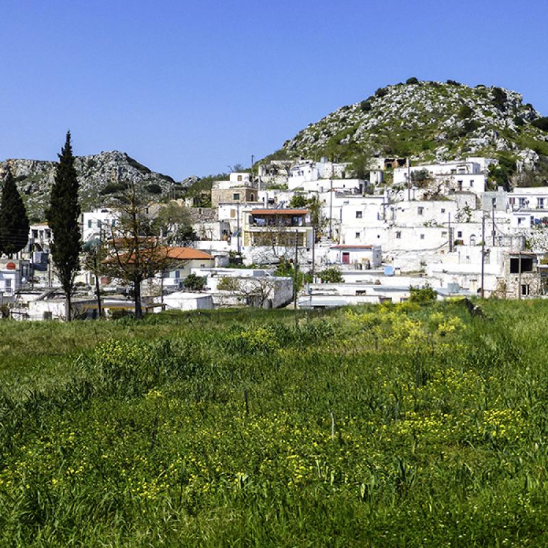 Sitanos zieht sich malerisch an einem steilen Felshang hinauf.