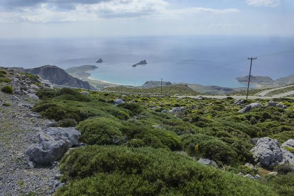 Die Ambelosbucht von Xerokampos mit den kleinen Kavali-Inseln. Rechts ist der Amatos-Strand zu sehen.