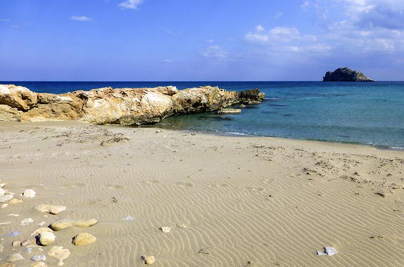 Einer der kleineren Sandstände von Gerontolakkos, im Hintergrund eine der Kavali-Inseln.