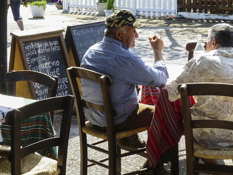 Der Seniorchef der Taverne (links) beim Gespräch mit einem Gast.