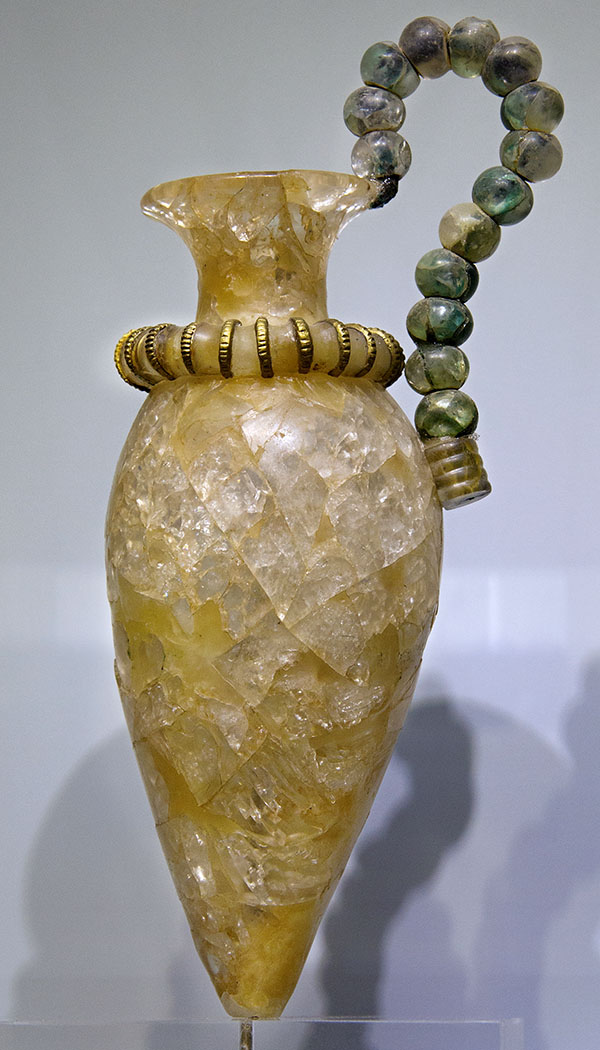 Rock-crystal Rhyton, from the Palace of Kato Zakros, Sitia, Lasithi, Crete, Greece. The crystal ring at the neck is decorated with gilt faïence; the beads on the handle were wound together with bronze wire. 1450 BC - Ein kleiner Rython aus Bergkristall aus dem Palastareal von Kato Zakros: Foto: Wikipedia, Zde