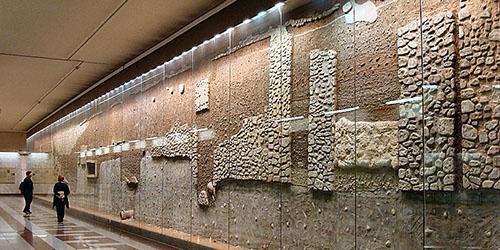 Archäologiefreunde werden sogar in der Metrostation Syntagma fündig. Hier wurden antike Hausmauern und Wasserkanäle konserviert.