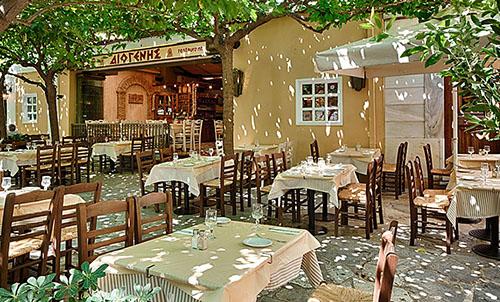 Die Taverna Diogenes am Lysikrates-Monument besticht nicht nur durch seine Lage. Hier gibt es den besten Café Frappé Athens!