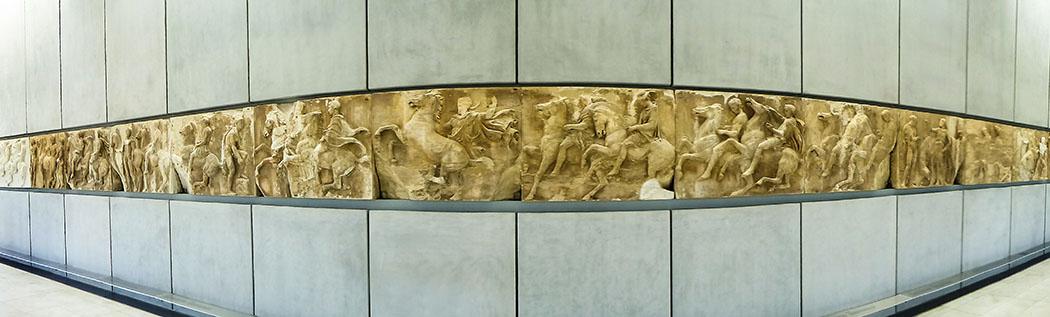 Der Parthenonfries im Neuen Akropolis Museum von Athen. Im Jahr 1801 demontierte der Brite Lord Elgin einen Großteil des Frieses vom Tempel und brachte sie nach London. Die Lücken im Parthenonsaal füllen heute dunklere Gipsabgüsse. Der Streit um die Kunstwerke zwischen Athen und London dauert an.