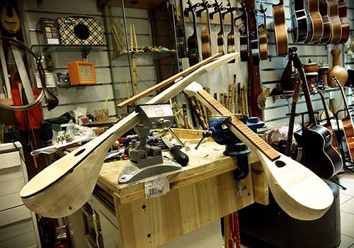 In der Werkstatt des Pegasus Music Store in Odos Pandrossou kann man den Instrumentenbauern bei ihrer Arbeit zusehen.