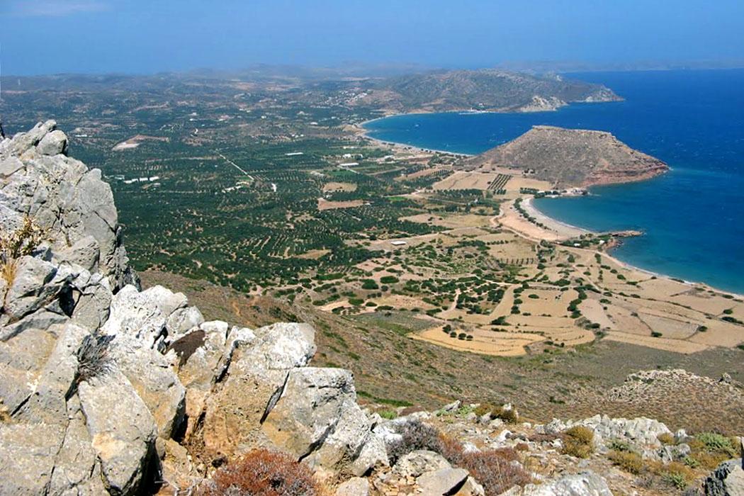 pestofas_crete_palekastro-ol - Blick vom minoischen Gipfelheiligtum auf dem Berg Petsofas. Einst war es Zeus Diktaios geweiht und gehörte zum Gebiet der Stadt Itanos. Unter dem markanten Tafelberg Kastri finden sich die Ausgrabungen der minoischen Stadt Roussolakos.