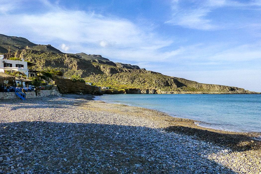 reise-zikaden.de - Griechenland, Kreta, Lasithi, Sitia, Kato Zakros, Beach, Strand. - Das nördliche Ende am Strand von Kato Zakros führt am Meer entlang zu zwei weiteren kleinen Stränden unter steilen Felswänden. Dort ist es ruhig und wunderschön.