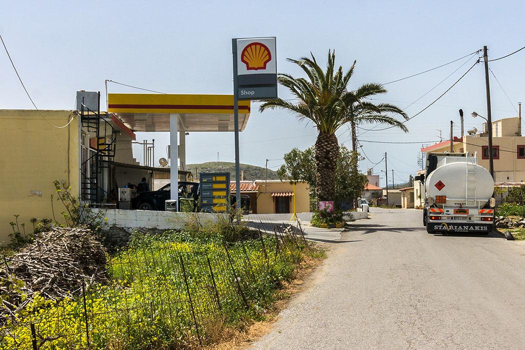 reise-zikaden.de - Griechenland, Kreta, Lasithi, Sitia, Ziros, Ostkreta, Tankstelle, Petrol Station. - In der Petrol-Station in Ziros wird noch die berühmte griechische Gastfreundschaft gelebt
