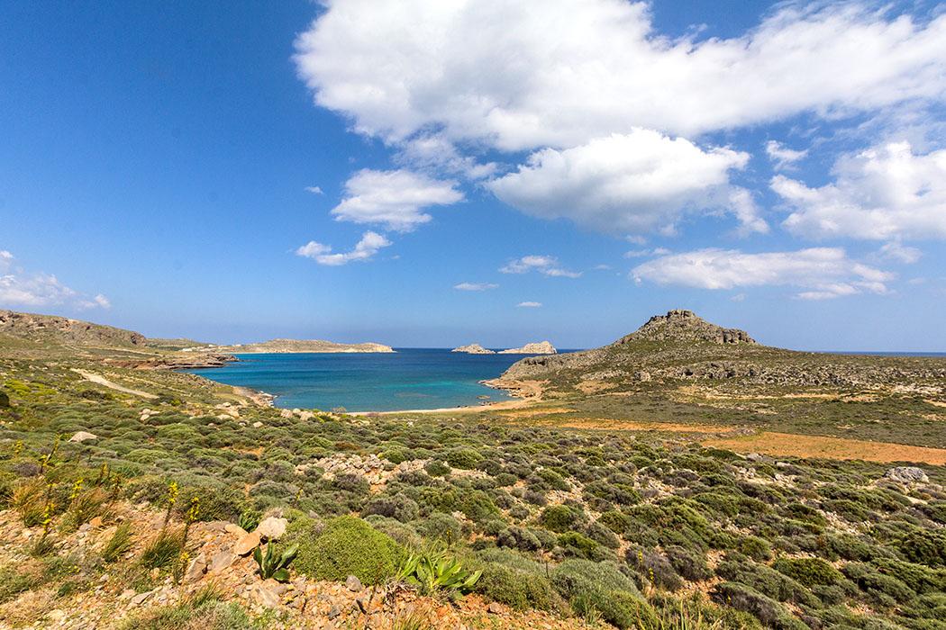reise-zikaden.de - Griechenland, Kreta, Ostkreta, Lasithi, Sitia, Ziros, Xerokampos, Amatos, Beach, Strand. - Der Amatos-Beach im Westen von Xerokampos ist eine natürliche Hafenbucht, dort liegen geschützt die Fischerboote der Einheimischen. Im Hintergrund liegen die Kavalli-Inseln in der lybischen See.