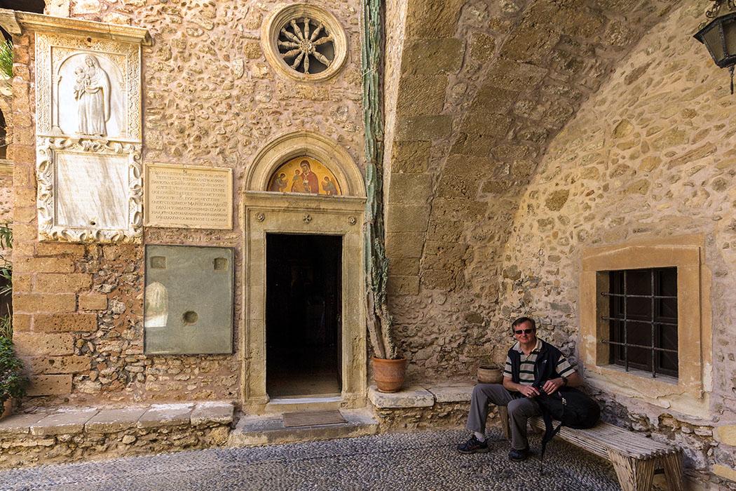 Greece, Crete, Monastery, Moni Touplou, Lasithi. - Kloster Moni Toplou: Am Eingang zur Kirche wurde eine antike Steinplatte aus Itanos eingelassen. Die Inschrift aus dem Jahr 132 v. Chr. beinhaltet den Schiedsspruch zwischen den Stadtstaaten Itanos und Ierapetra um das Gipfelheiligtum Zeus Diktaios.