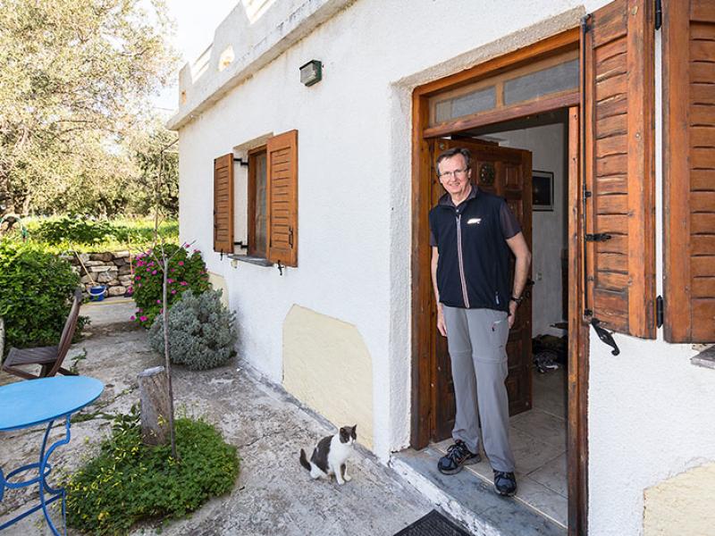 Hans mit unserer Liebslingskatze Thea am Hauseingang.