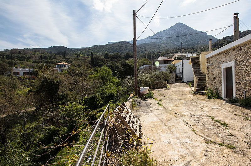 Unterwegs im Dorf: Gut zu sehen sind links die beiden Ferienhäuser.