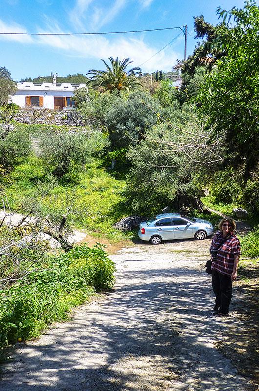 Unterwegs auf der Dorfstraße zu unserem Leihwagen, dahinter das Haus mit der Palme.