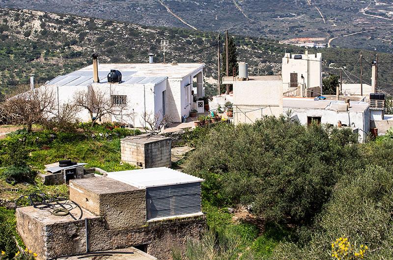 In einem anderen Blickwinkel sind weiter Gebäude zu sehen. Hier leben die Hühner und Kaninchen.