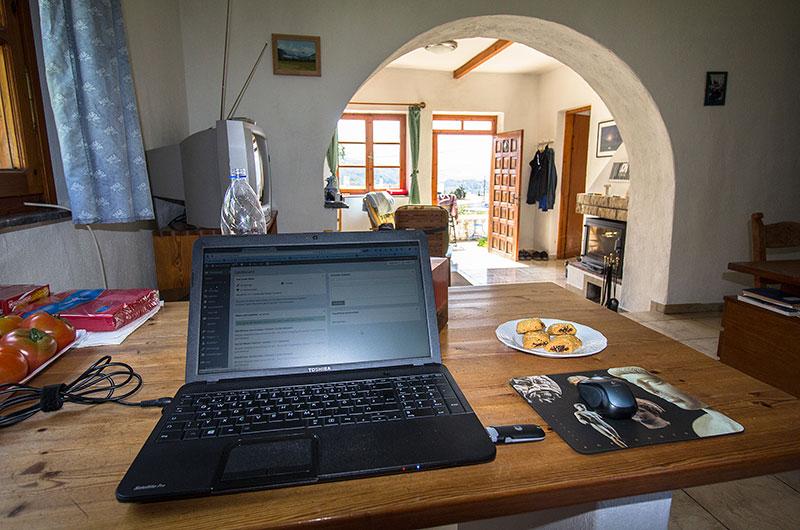 Mein Blogger-Arbeitsplatz am Küchentisch, auf dem Teller Mandel-Kekse vom Sacharoplastio (Konditor) in Sitia.