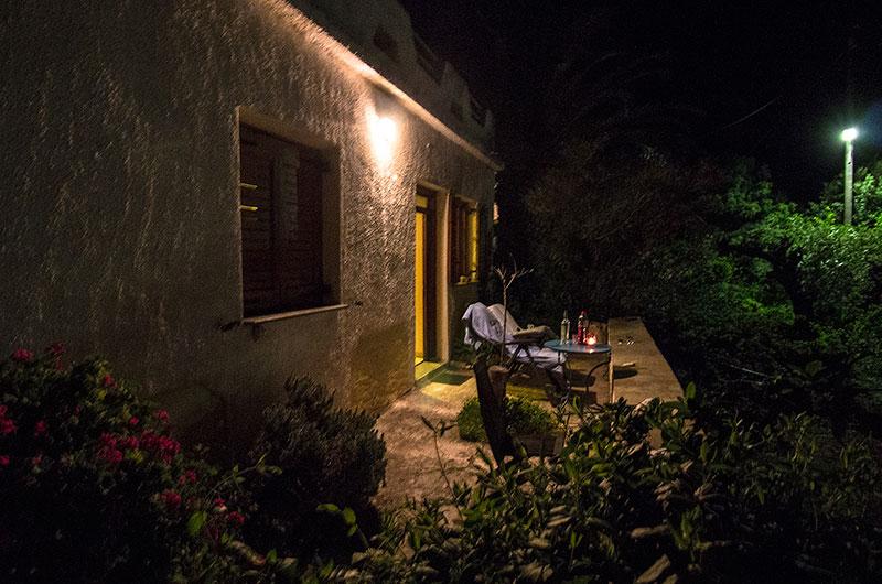 Gemütlicher Sitzplatz am Abend. Ouzo, Wein und Windlicht stehen bereit.