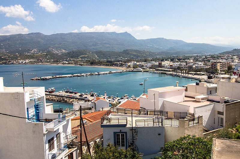 Aussicht von Sitia mit seiner Hafenbucht auf den Gipfel des Prinias. Unterhalb liegen die Dörfer Stavromenos und Kato Drys.