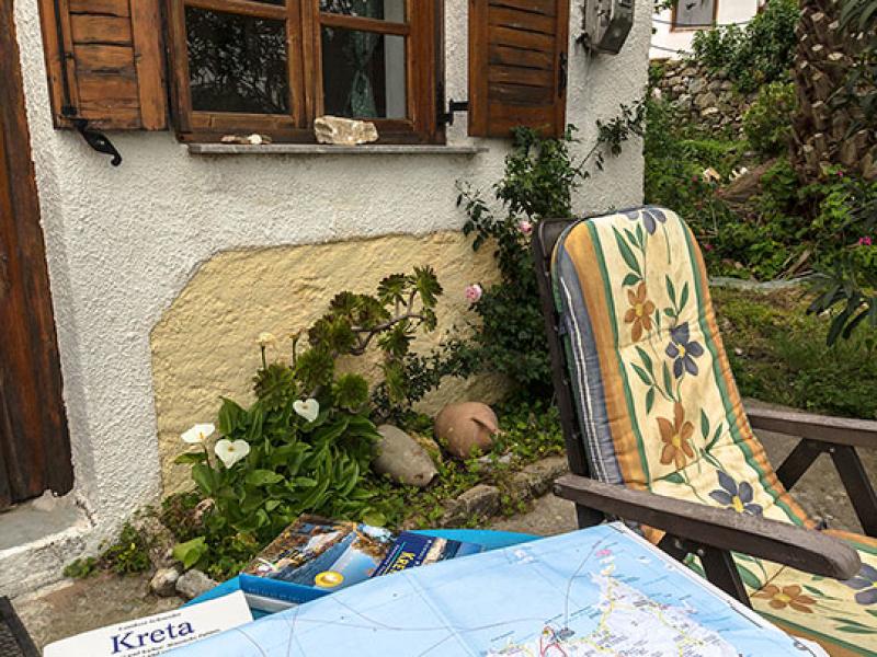 Ausflugsplanung auf der Terrasse.