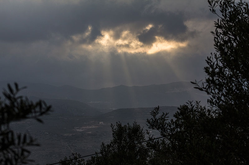 Dramatischer Himmel in den Bergen gegenüber von Kato Drys. Winter und Frühjahr 2015 waren regenreich.