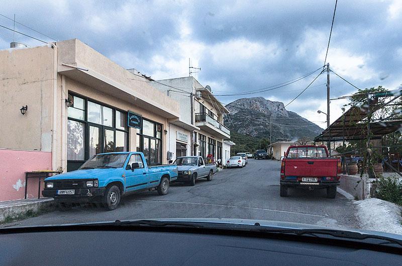 """Das Kafenion """"Anemos"""" in Stavromenos (links) ist für seine ausgezeichnete Küche bekannt, auch wenn es äußerlich schlicht wirkt. Rechts ist die Terrasse zu sehen."""