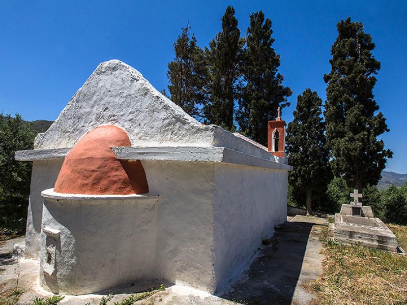 Die Kirche Agios Georgios von Epano Drys wirkt gepflegt. Alles ist frisch gestrichen.