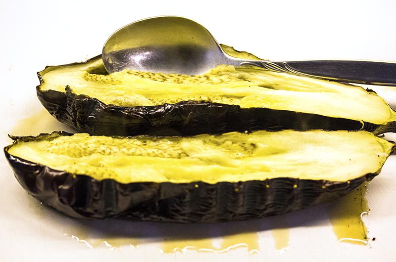 reise-zikaden.de, Melitzanosalata - Griechisches Auberginen-Knoblauch-Püree Für Melitzanosalata gegrillte Auberginen abkühlen lassen, dann halbieren. Das ausgelöste Fruchtfleisch mit Olivenöl, Gewürzen, Kräutern und Zitronensaft pürieren. Foto: Reise-Zikaden, M. Hoffmann
