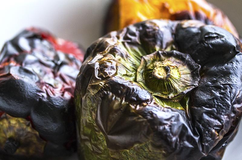 Umso verkohlter das Gemüse aussieht, umso besser lässt sich die Haut ablösen.