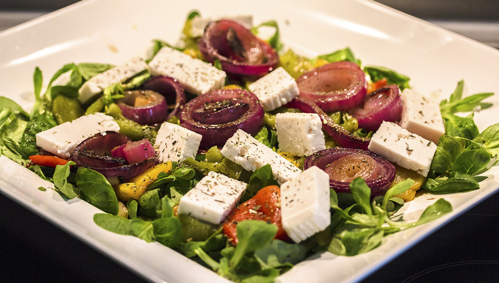 Sommersalat mit Paprikaschoten und roten Zwiebeln vom Grill, dazu würziger Feta und zarter Feldsalat.