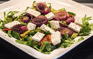 Vegetarisch: Sommersalat mit gegrillten Paprika, Zwiebeln und würzigem Feta