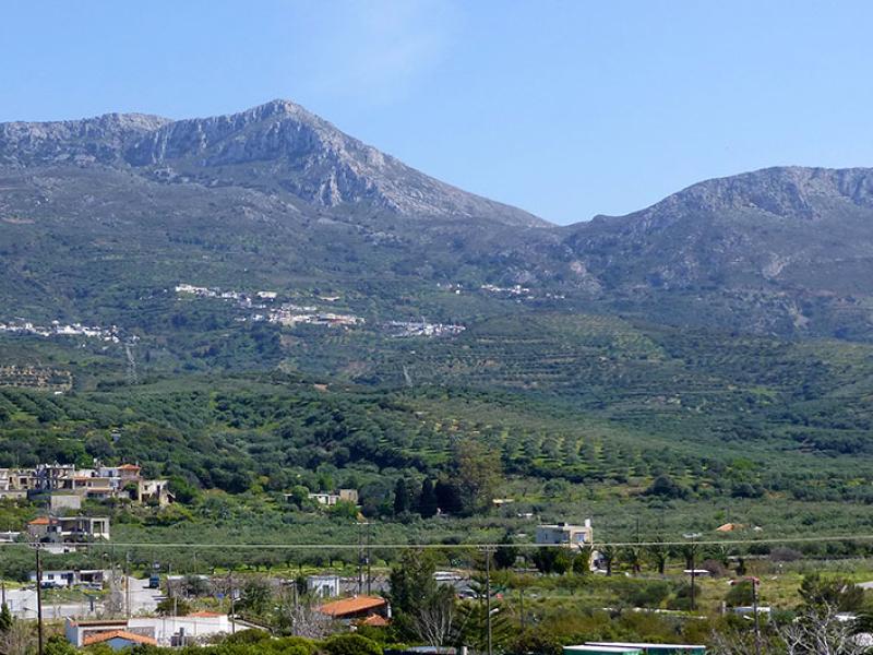 Eine schöne Sicht bietet sich von Piskokefalo hinüber nach Arniko, Stavromenos und Kato Drys (von links). Gut erkennbar der Bergpass zwischen Prinias und dem Nachbargipfel Plativola.
