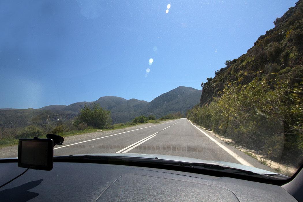 greece_crete_east_e75_n90_agios_nikolaos_to_sitia - Anfahrt nach Sitia und Kato Drys: Nach Pachia Ammos führt uns die gut ausgebaute Nationalstraße 90 kurvenreich, immer oberhalb vom Meer entlang, durch die Berge.