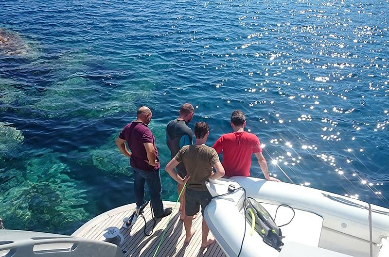 Die Forscher blicken vom Achterdeck der M/Y Glaros auf das Wrackfeld in der Tiefe.