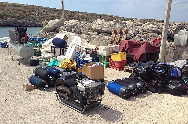 Die Tauschausrüstungen stehen zum Verladen bereit.