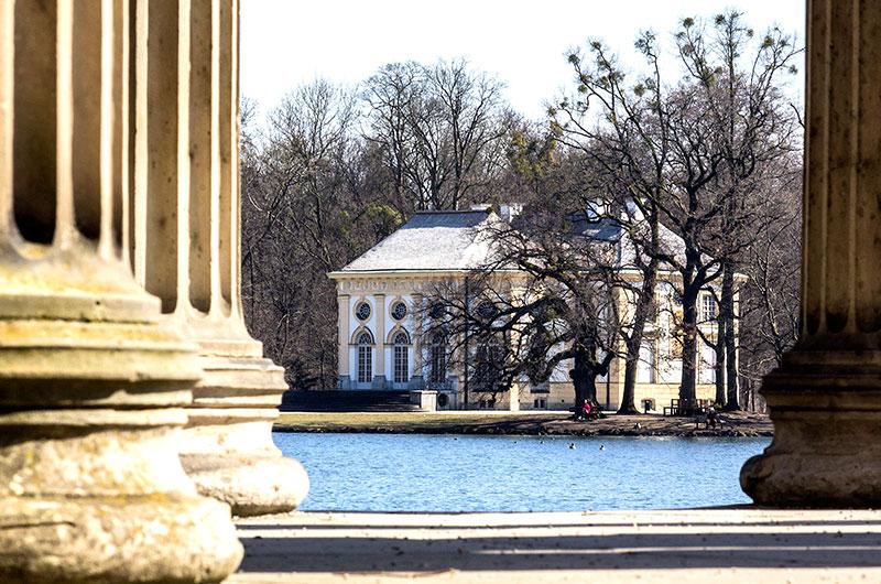 Zwischen den Säulen des Apollontempels geht der Blick hinüber zur Badenburg.