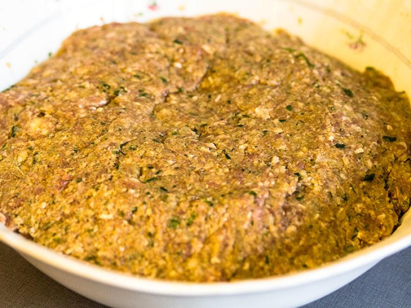 Zum Brotteig nun die Gewürze geben, gut vermischen und dann zum Fleischteig geben.
