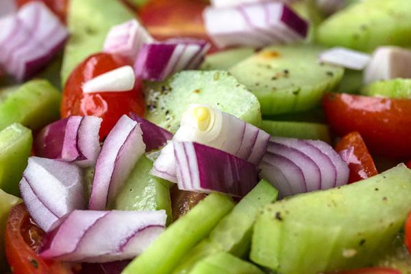 Tomaten-Gurken-Rote-Zwiebel-Salat ist als Beilage ideal und schnell vorbereitet.