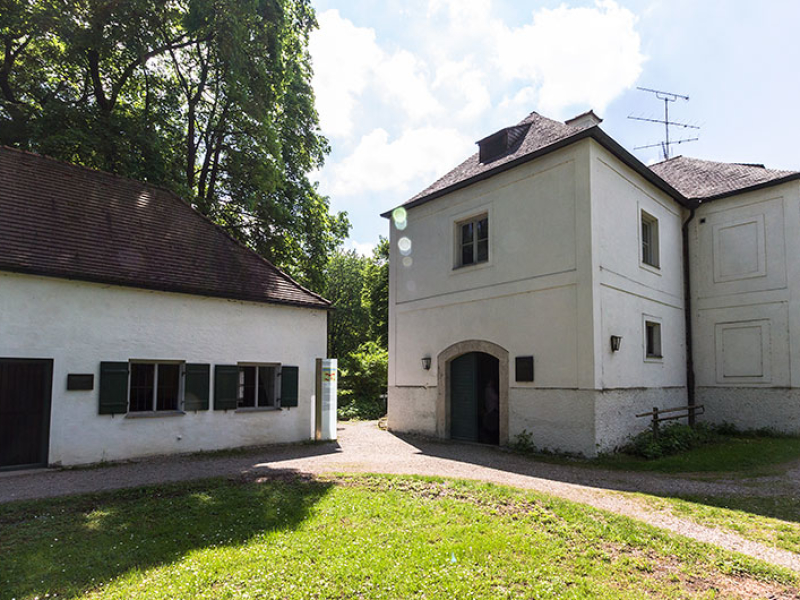 Die Rückseite des Grünen Brunnhaus (rechts) mit den Pumpwerken.